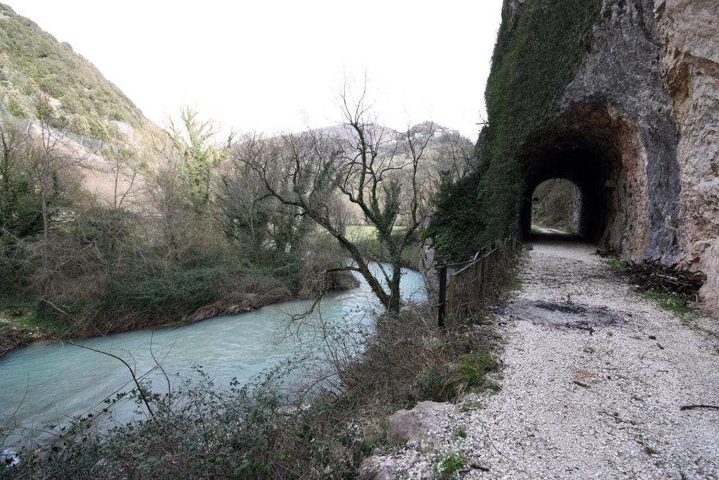 galleria lungo il fiume Nera